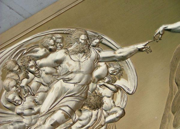 Line Filhon, La création de l'Homme, reprise d'une scène du plafond de la chapelle Sixtine peinte par Michel Ange, gaufrage sur laiton, 2005 (© L. Filhon)