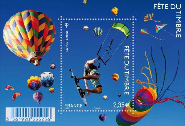 France. Fête du timbre 2013. Le timbre fête l'air. Kitesurfer dans les airs, 2013 (création Valérie Besser, impression héliogravure du bloc-feuillet) (© La Poste / V. Besser)