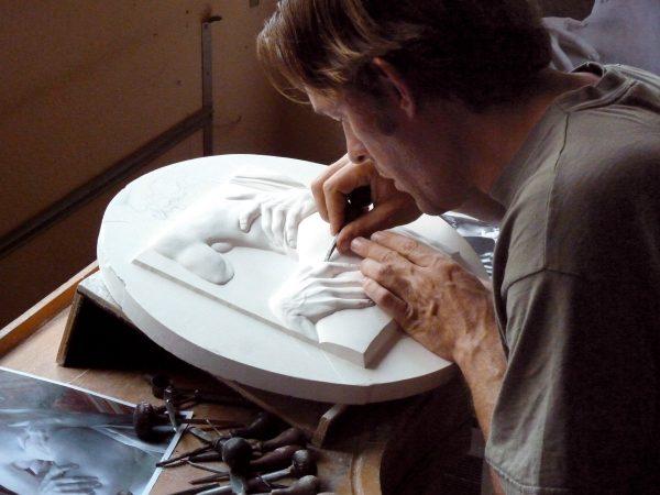 Nicolas Salagnac, Médaillon inspiré de la sculpture du Bernin « L'enlèvement de Proserpine », bronze patiné sur dalle de cristal, 2010 (© N. Salagnac)